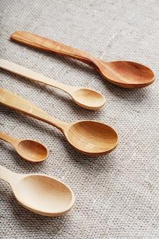 Houten lepels gemaakt van natuurlijk hout op jute stof als ambacht.