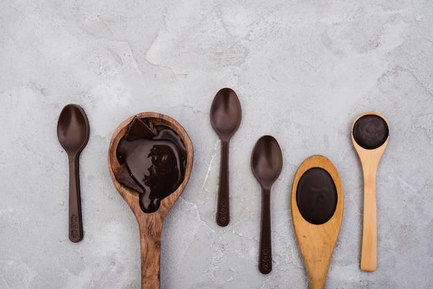Houten lepels met gesmolten chocolade