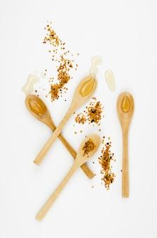 Houten lepels met honing bovenaanzicht