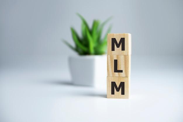 Houten letters die mlm spellen