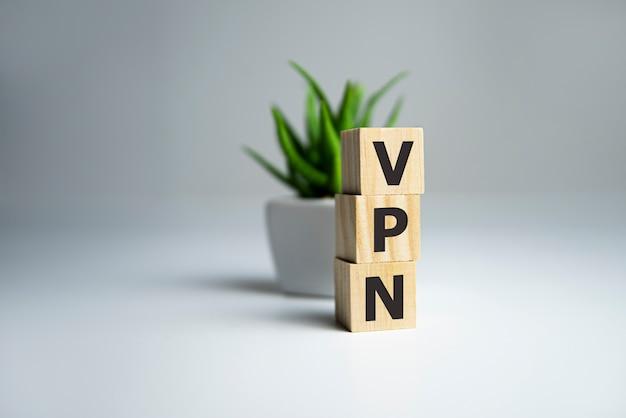 Houten letters die vpn spellen - virtueel particulier netwerk.