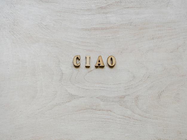 Houten letters liggend op een wit bord