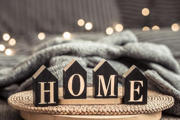 Houten letters met het opschrift huis.