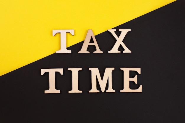 Houten letters staan op een kalender van 15 april en bevatten een inscriptie belastingdag