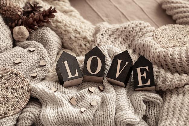 Houten letters vormen het woord love knusse gebreide items. valentijnsdag concept vakantie.