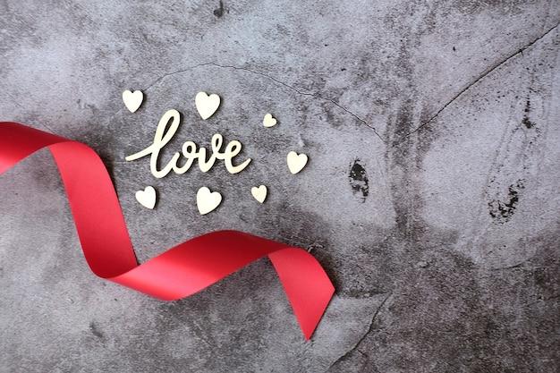 Houten liefde en harten met rood felicitatielint