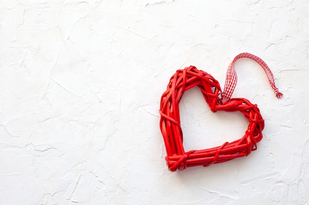 Houten liefdehart op witte achtergrond. valentijn concept. hart vorm. plat lag afbeelding. decoratie valentijnsdag. rood hart, valentijn wenskaart. kopieer ruimte. rustiek huisdecor voor de vakantie