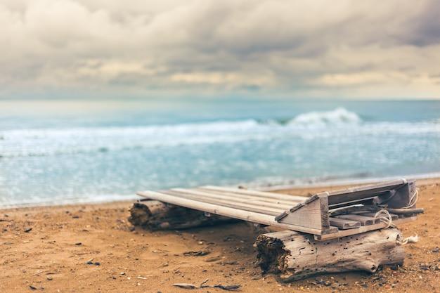 Houten ligstoel aan zee