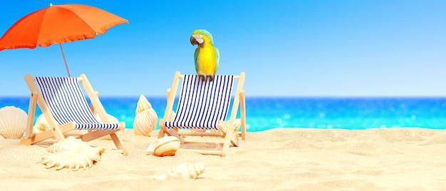 Houten ligstoelen met papegaai op zandstrand in de buurt van zee. vakantie achtergrond.