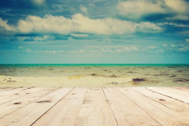 Houten lijst en strandoverzees en wolken in de zomer met uitstekende toon.