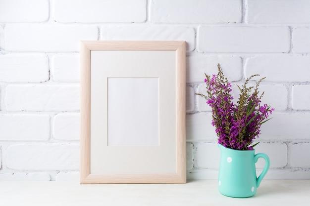 Houten lijst met kastanjebruine paarse bloemen in muntkan