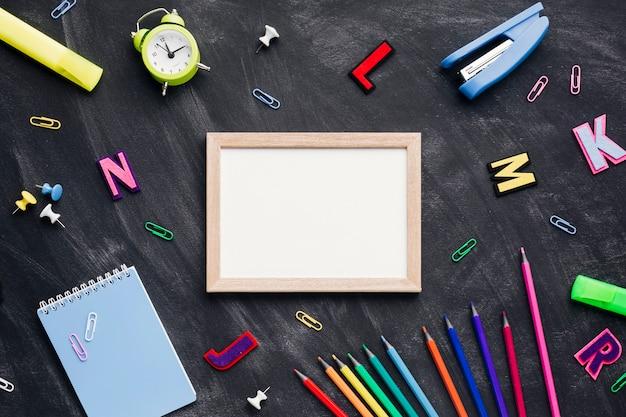 Houten lijst naast kantoorbehoeften en brieven