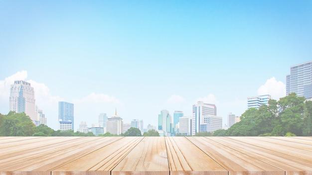 Houten lijstbovenkant op de stads scape achtergrond van de onduidelijk beeldnacht. panoramic. kan worden gebruikt voor het weergeven of monteren van uw producten