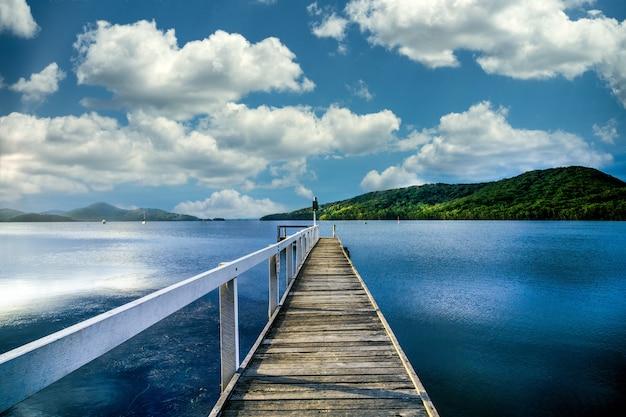 Houten loopbrug die naar het meer leidt