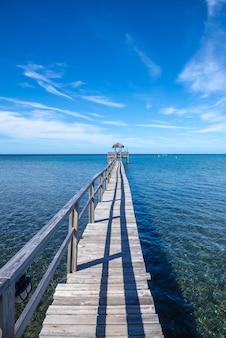 Houten loopbrug over de caribische zee op roatan island. honduras