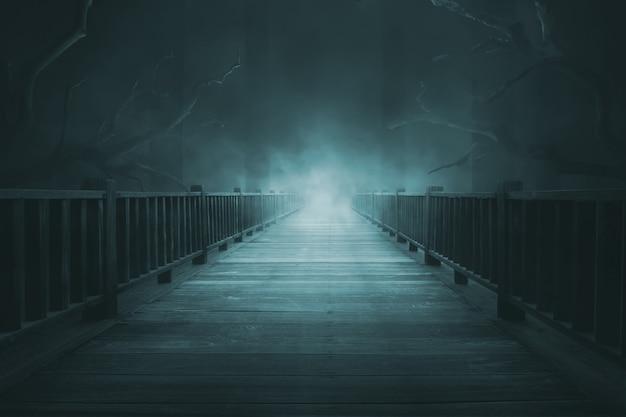 Houten loopbruggen met dikke mist
