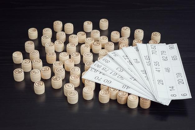 Houten lottovaten en kaarten