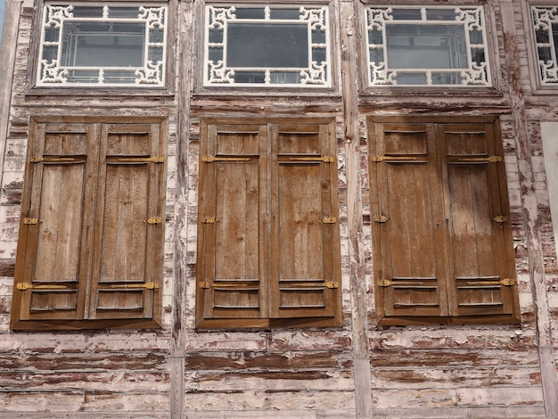 Houten luiken in het historische gebouw.