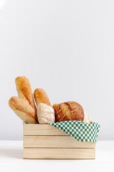 Houten mandje met brood kopie ruimte