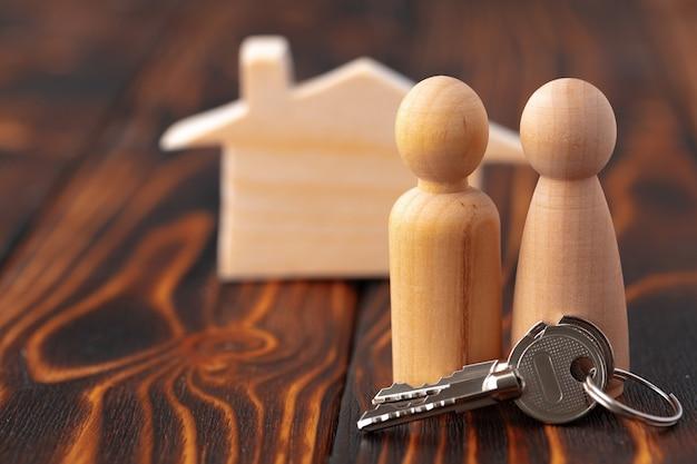 Houten mannen cijfers en speelgoed houten huis close-up