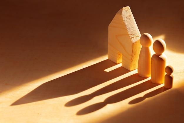 Houten mannenfiguren en speelgoed houten huis