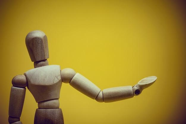 Houten mannequin presenteert onsigbaar object