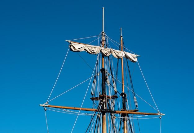 Houten masten van twee lange schepen of zeilboten