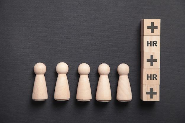 Houten menselijke figuren en kubussen. personeelszaken