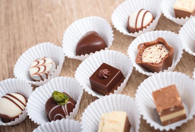 Houten met een rij chocoladepralines