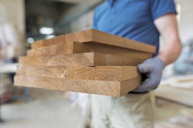 Houten meubeldetails in handen van timmerman, ruimte timmerwerk houtbewerking woodshop