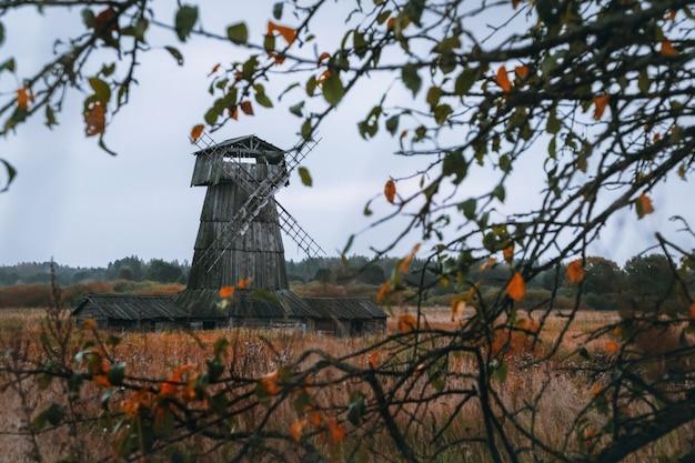 Houten molen. bewolkte herfstdag in een dorp op het platteland