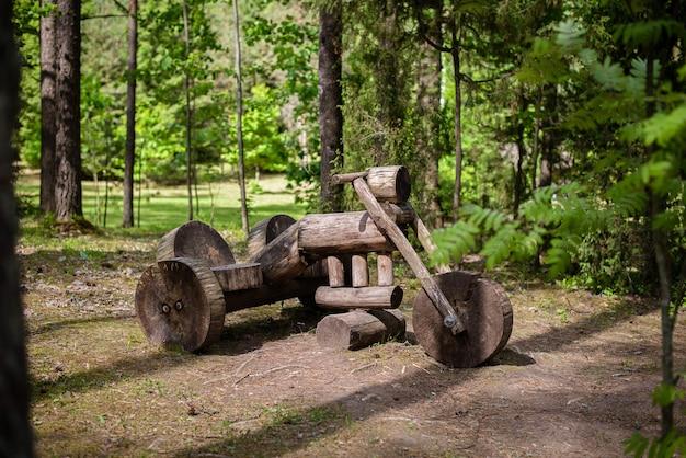 Houten motorfiets installatie of monument in het bos houten stuurwiel wielen stoel