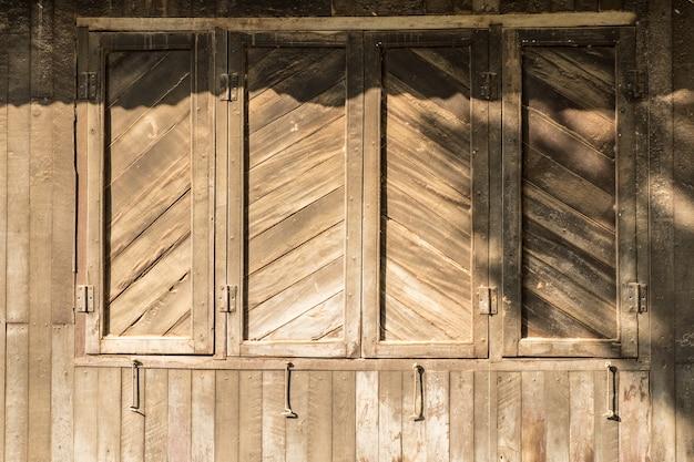 Houten muur van huis en venster met dak in zonnige dag, tropisch klimaat
