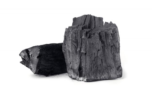 Houten natuurlijke houtskool die op witte oppervlakte wordt geïsoleerd