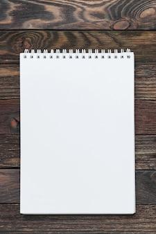 Houten notitieblok. duidelijke witte pagina