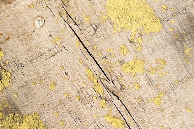 Houten ondergrond met geel mos