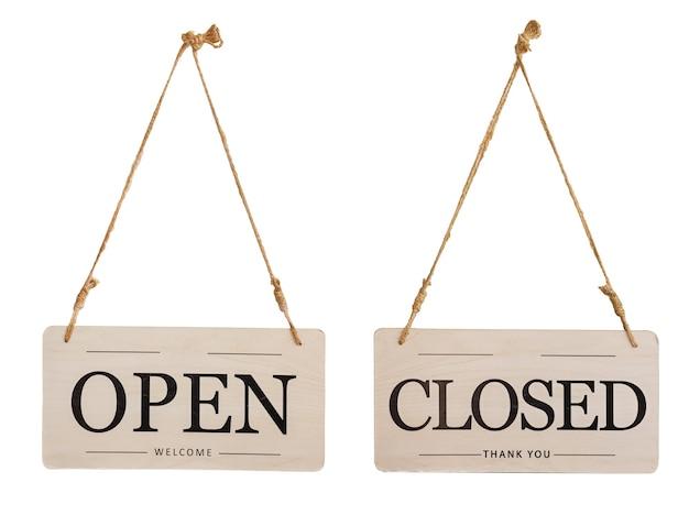 Houten open of gesloten winkeldeur hangend teken voor café-restaurant - openingstijd geïsoleerd op een witte achtergrond