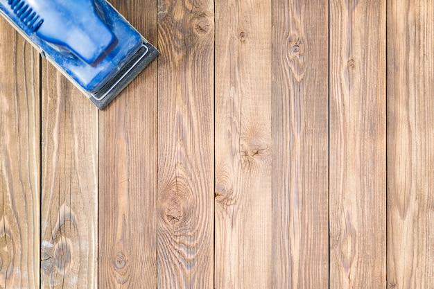 Houten oppervlak en blauwe grinder