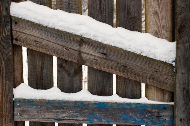 Houten oppervlak en sneeuw