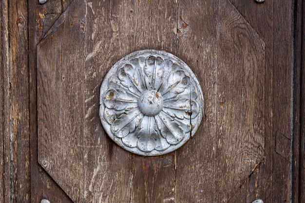 Houten oppervlak met een rond bas-reliëf van zilveren kleur. hoge kwaliteit foto
