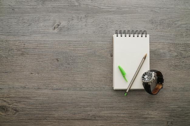 Houten oppervlak met pen en notitieboekje voor vaderdag