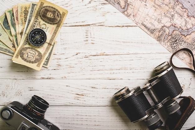 Houten oppervlak met vintage items voor reizen