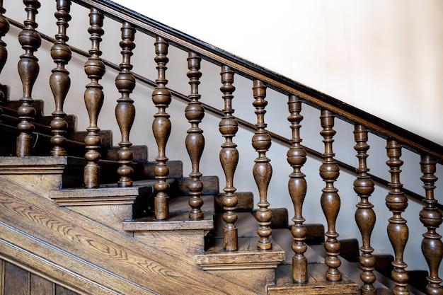 Houten oude decoratieve balusters, oude houten trappen. decoratieve balustrades gesneden uit hout