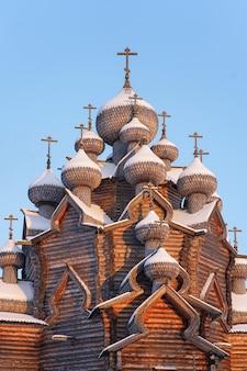 Houten oude russisch-orthodoxe kerk op blauwe hemel