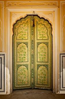 Houten oude versierde deur vintage achtergrond