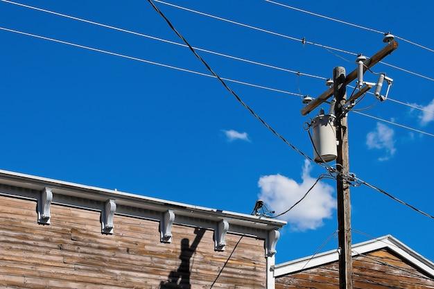 Houten paal met elektrische kabels