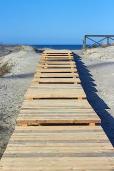 Houten pad in de duinen met toegang tot de zee. oostzee