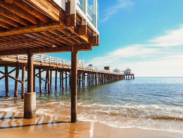 Houten palen in malibu-pier, californië