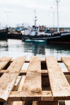Houten pallets in de haven van een vissersboot