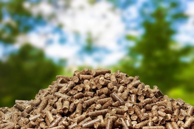 Houten pellets op een groene achtergrond. biobrandstoffen.